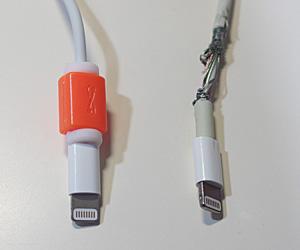 プロテクターを付けた新品のLightning ケーブル(左) 付け根の部分の配線が剥き出しになったLightning ケーブル(右)