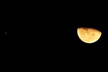 月齢 20.2の月と木星 2015.12.31 2253 静岡市葵区平野部 東の空