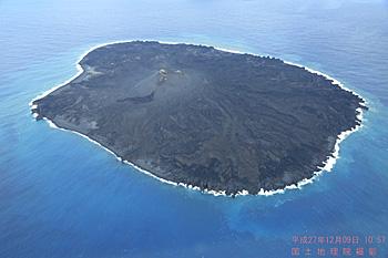 西之島 国土地理院撮影 2015.12.09 10:57 国土地理院のウェブサイトから画像引用