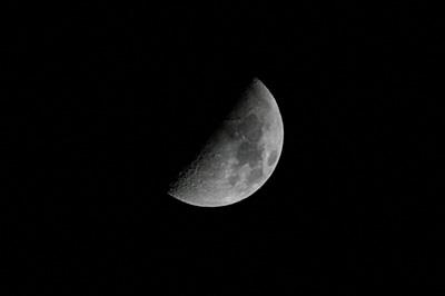上弦の月 2016.12.07 18:57 静岡市葵区平野部 南南西の空