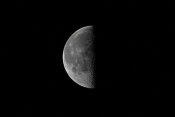 下弦の月 月齢 21.4 2016.12.16 6:10 静岡市葵区平野部 南の空