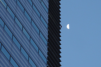 下弦の月 月齢 21.4 2016.12.16 6:45 静岡市葵区平野部 南の空