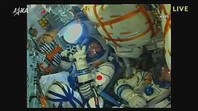 三段エンジンで飛行中のソユーズ宇宙船のコクピット