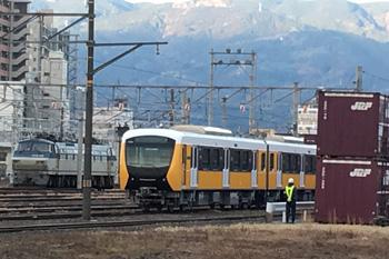 甲種輸送中の静岡鉄道 新型車両A3000形(ブリイアント・オレンジ・イエロー)