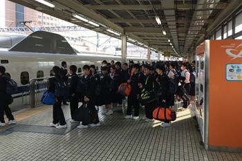JR浜松駅で修学旅行の学生が乗車