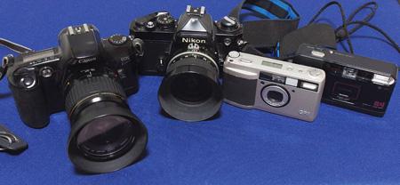 左からCanon EOS kiss、Nikon FE、RICOH GR1、Konica A4