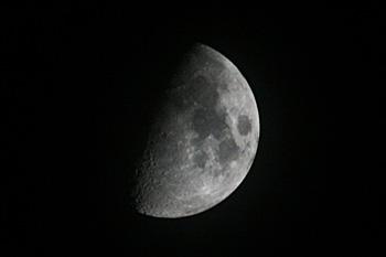 月齢8.1の月 2018.08.19 20:43 静岡市葵区平野部 南南西の空