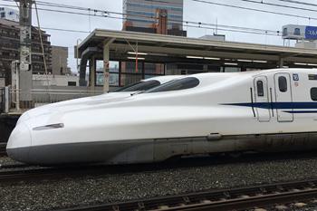 下りの本線(通過線)と待避線(ホーム)に停車する東海道新幹線 JR浜松駅