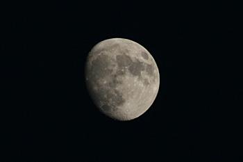 十三夜の月(月齢 12.4) 2018.10.21 17:15 静岡市葵区平野部 東の空