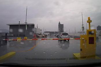 MARK IS の駐車場の入口