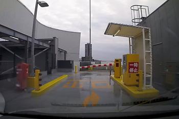 MARK IS の駐車場の出口
