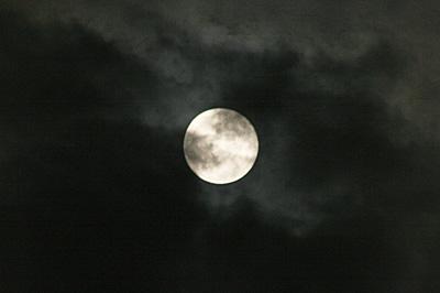 満月(月齢 14.2)2019.06.17 22:39 静岡市葵区平野部 南の空